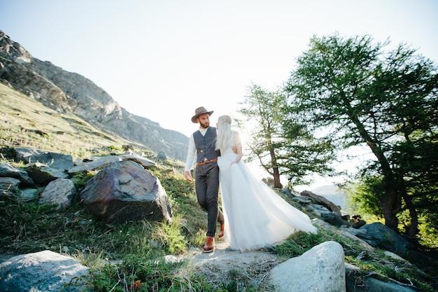 Свадебная пара выходит замуж в горах в швейцарии