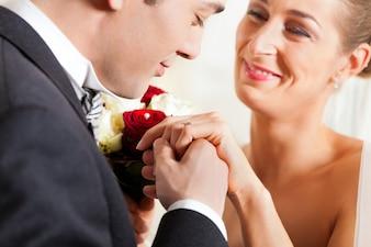 結婚の約束を与える結婚式のカップル
