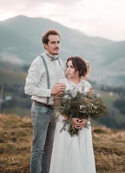 結婚式のカップル、新郎と新婦が農村地域でポーズ
