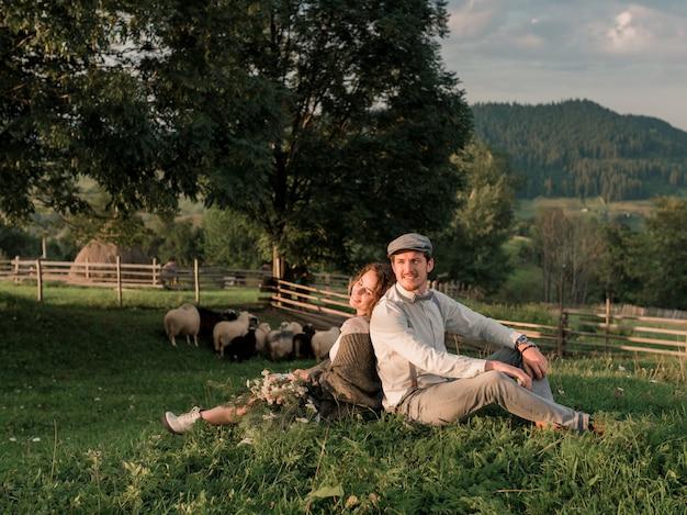 Свадебная пара, жених и невеста позирует в сельской ферме