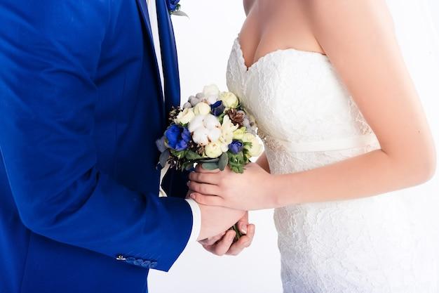 손을 잡고 웨딩 커플입니다. 신부와 신랑