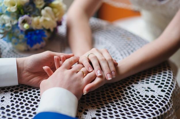 手を繋いでいる結婚式のカップル