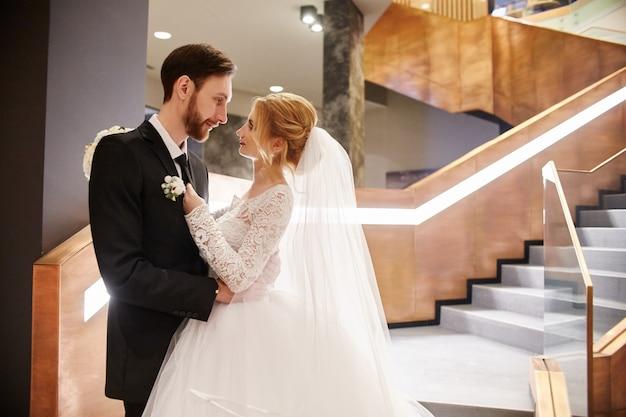 結婚式のカップルが抱き合ったりキスしたり、初日を一緒に過ごす。結婚式後の新郎新婦、美しいカップルの愛