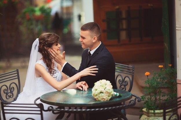 Свадебная пара в кафе на летней террасе, львов украина
