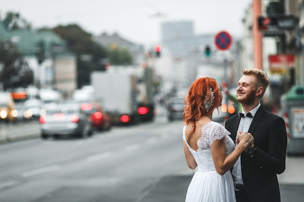 Свадебная пара в футуристическом здании