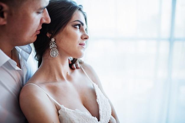 Свадебная пара в гостиничном номере