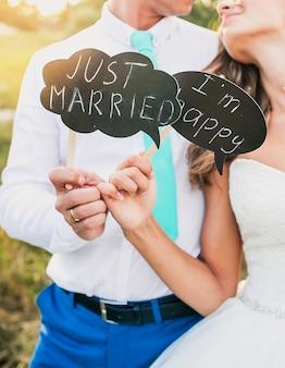 恋に結婚式のカップル。結婚式の後に抱きしめる新郎新婦。結婚の概念