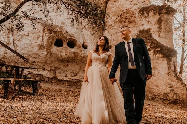Свадебная пара в любви мужчина и женщина гуляют в осеннем лесу