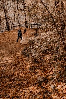 사랑 남자와 여자 가을 숲에서 산책 웨딩 커플
