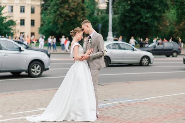 벨로루시에서 시위 도중 도시에서 결혼식 한 쌍
