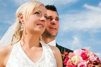 将来を見ている結婚式のカップル