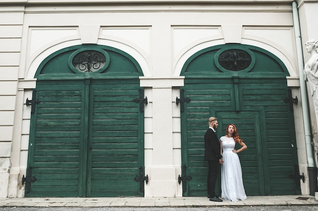 Свадебная пара на прогулке в поместье бельведер в вене