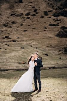 岩山を背景に結婚式のカップル