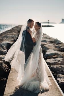 Свадебная пара на французской ривьере. свадьба в провансе. жених и невеста во франции.