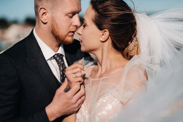 Свадебная пара на французской ривьере. свадьба в провансе. жених и невеста во франции. Premium Фотографии