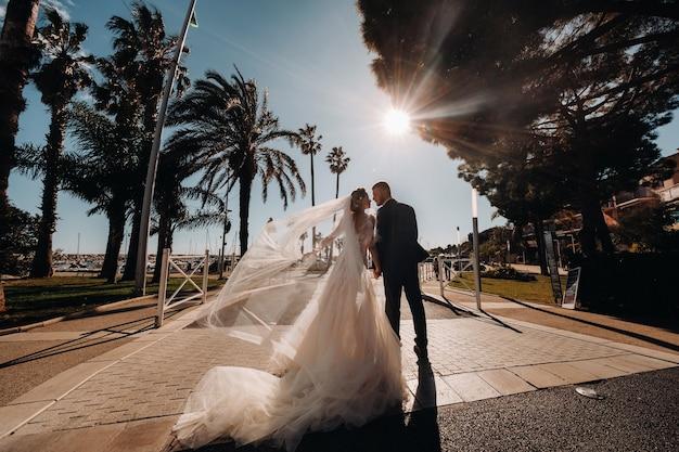프랑스 리비에라에 결혼식 한 쌍. 프로방스의 결혼식. 프랑스의 신부와 신랑.