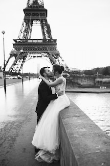 Wedding couple in paris Free Photo