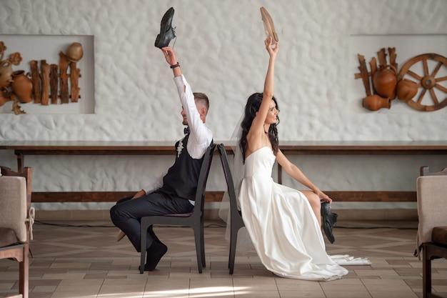 レストランでスラヴの伝統を通過する結婚式のカップル