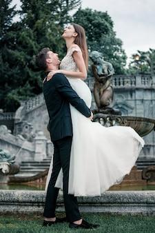 Свадебная пара на фоне озера и гор