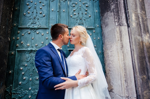 Свадебные пары гуляют по улицам города