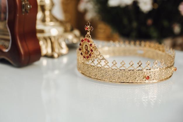 結婚式の王冠は教会のテーブルの上にあります。
