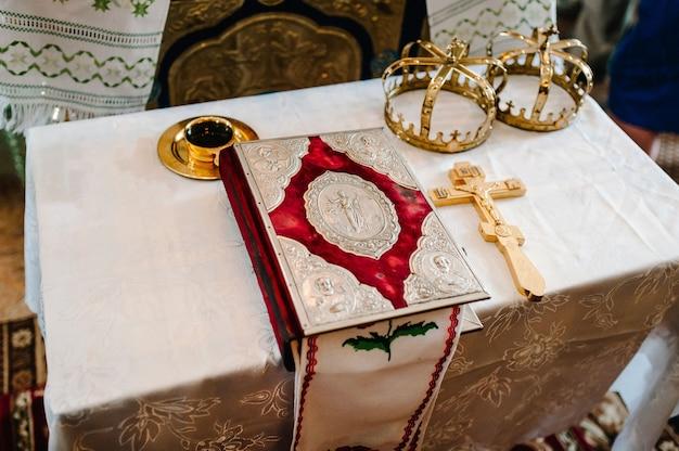 結婚式の冠と聖書。結婚式の準備ができている教会の結婚式の王冠