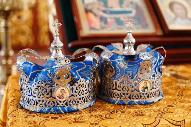 結婚式の準備ができている教会の結婚式の王冠