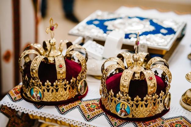 Свадебные короны. свадебная корона в церкви готова к церемонии бракосочетания. крупным планом. божественная литургия.