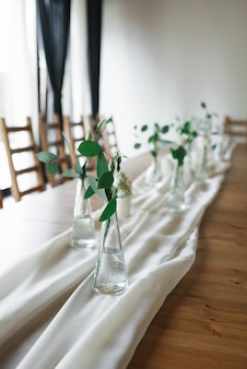 テーブルのインテリアの結婚式の装飾