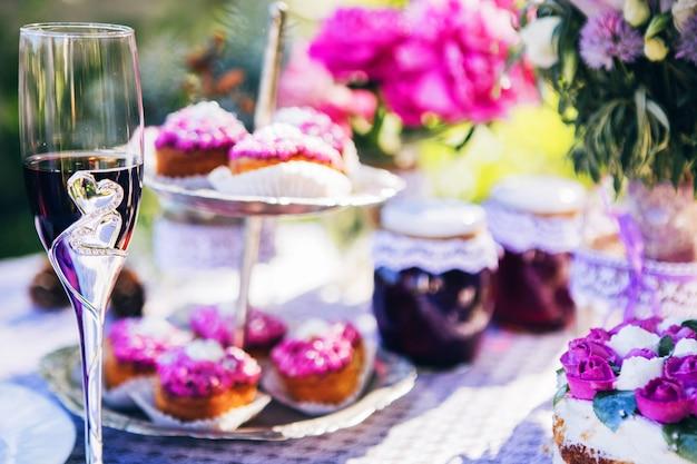 クリスタル、レース、花の豪華なピンクスタイルの結婚式の装飾