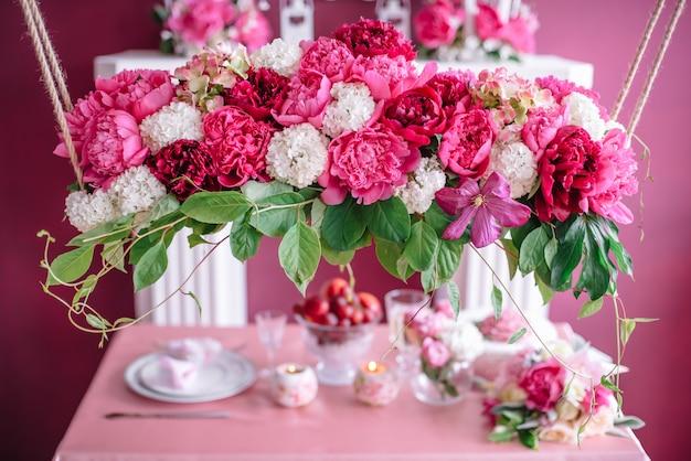 Свадебный декор в розовом с пионами