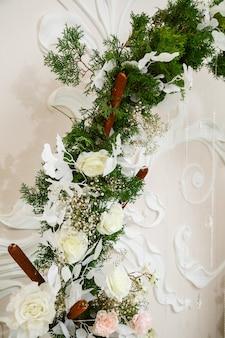 花と布で作られた結婚式の装飾。結婚式の日の新婚夫婦のための美しい装飾
