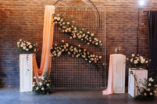 結婚式の装飾。写真エリアはスタイリッシュなウェディングデコレーションです。花、ミニ花で飾られました。花と結婚式の写真ゾーン。手作りの結婚式の装飾。写真を撮る場所。