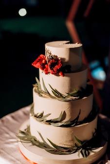 滝の背景に木製のベンチでケーキと結婚式の装飾