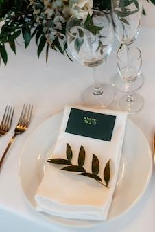 自然の花と要素を持つ結婚式の装飾