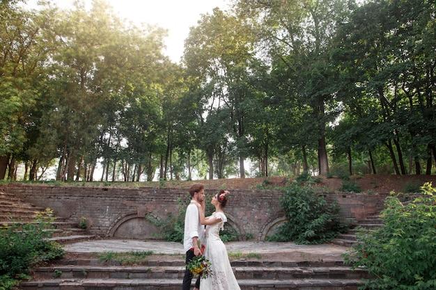 庭での結婚式の装飾。