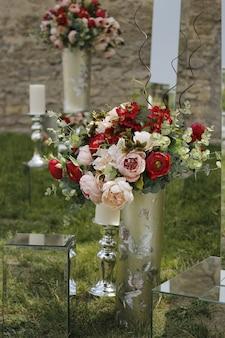 결혼식을위한 거울과 꽃의 웨딩 장식