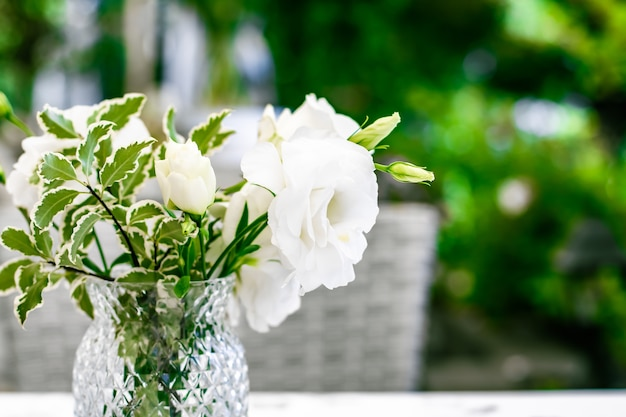 高級レストランの美しさの白いバラの結婚式の装飾テーブルの装飾と花の美しさの花束...