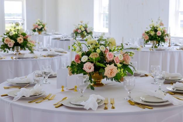 結婚式の装飾テーブルセット。新鮮な自然の花のアレンジメント。