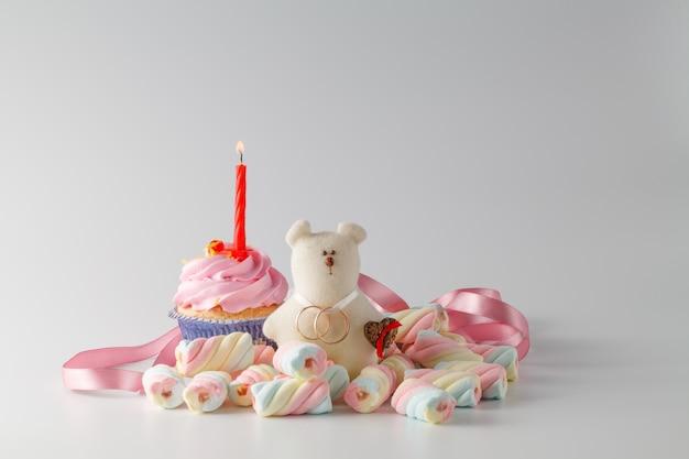 おもちゃのクマとリングの結婚式の装飾
