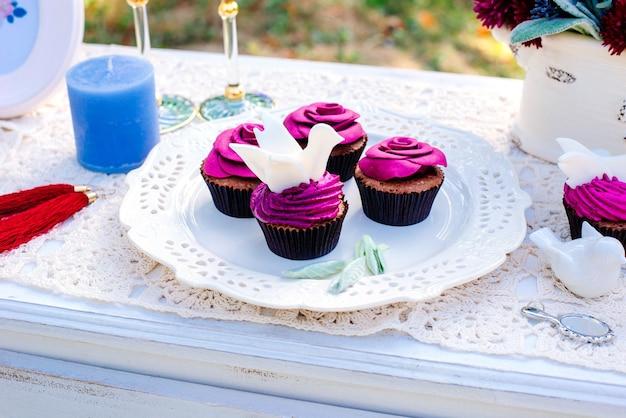 結婚式の装飾。花の形のカップケーキ