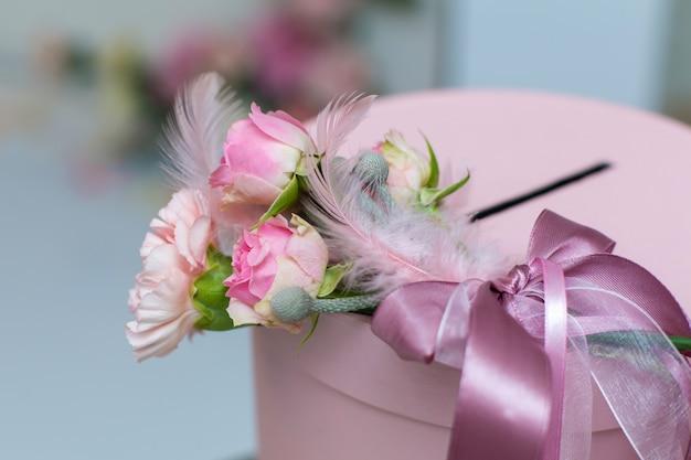 結婚式の装飾。新鮮な花と休日の装飾。ピンクのバラとカーネーション。