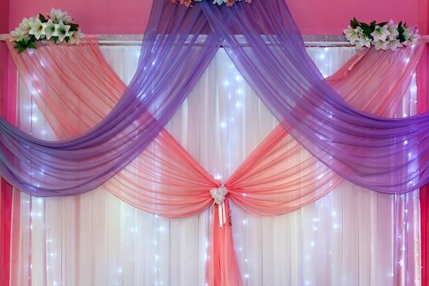 Свадебные украшения в зале для церемонии.