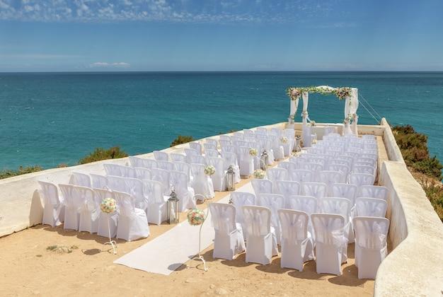 Свадебные украшения на скале носса-сеньора armacao de pera.