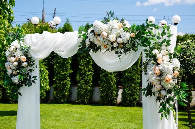新婚夫婦のための結婚式の日の結婚式の装飾