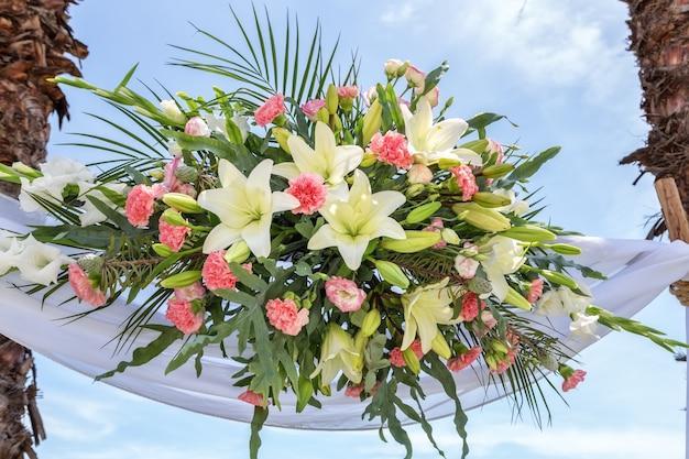 Свадебный декоративный букет над столом - это церемония.