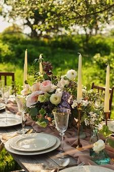 정원에서 결혼식 저녁. 테이블 세팅