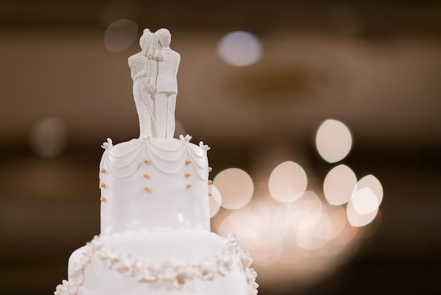 ウエディング人形のケーキ、愛のカップル、ウエディングケーキのテディベア