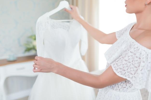 신부 아침에 웨딩 드레스
