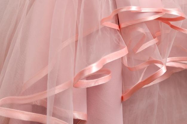 Деталь свадебного платья. розовые оборки свадебного платья заделывают.